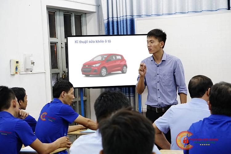 Đội ngũ thợ sửa khóa ô tô được đào tạo bài bản