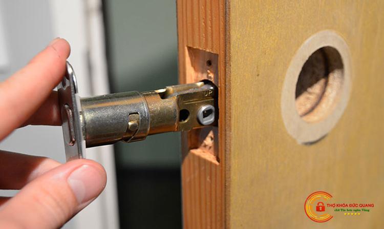 Dịch vụ thay ổ khóa cửa gỗ tại Nha Trang