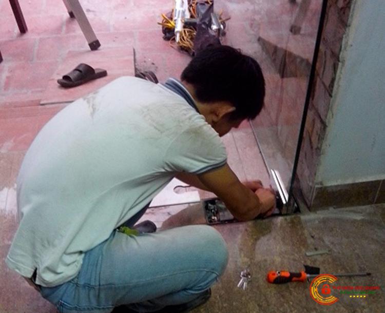 Sửa khóa cửa kính cường lực bản lề sàn tại Đồng Tháp