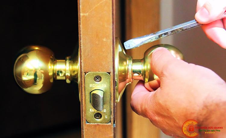 Đức Quang chuyên nhận sửa khóa cửa tay nắm tròn tại nhà quận 5 đảm bảo uy tín, chuyên nghiệp