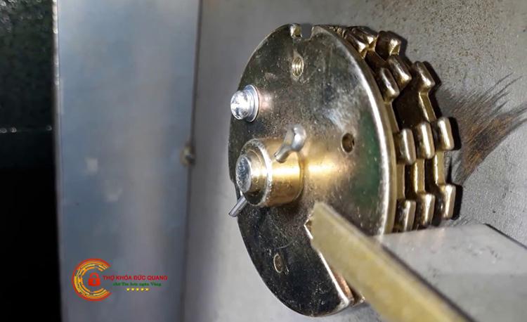 Các bánh xe bên trong ổ khóa cơ két sắt
