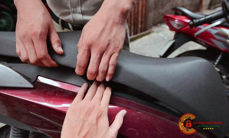 Cách mở cốp xe Air Blade bằng tay