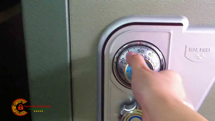 Cách mở khóa két sắt khi không biết mã loại số lá