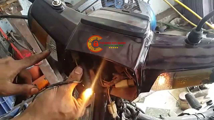 Đèn xe máy tối do Ắc quy yếu điện