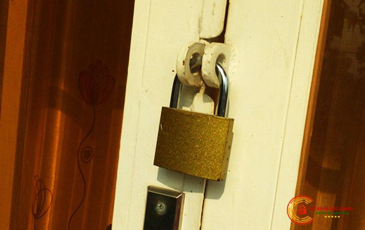 Khóa cửa sử dụng ổ khóa bấm