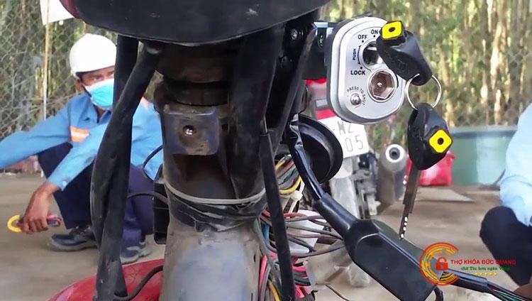 Xe máy không lên điện do ổ khóa bị hỏng