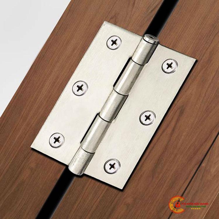 Tháo bản lề cửa để mở cửa