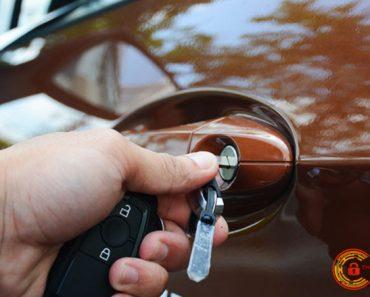 Cách mở cửa và khởi động xe khi chìa khóa ô tô hết PIN