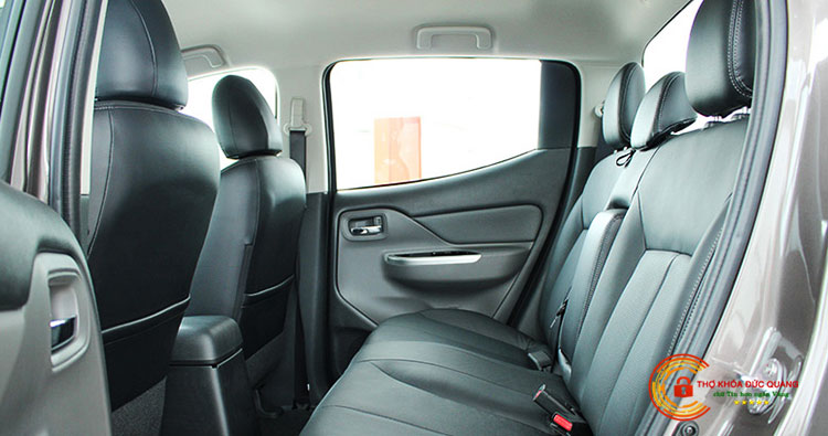 Cách mở cửa xe ô tô từ bên trong cho người ngồi ghế sau