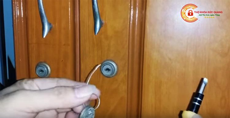 Cách mở khóa tủ gỗ bước 1