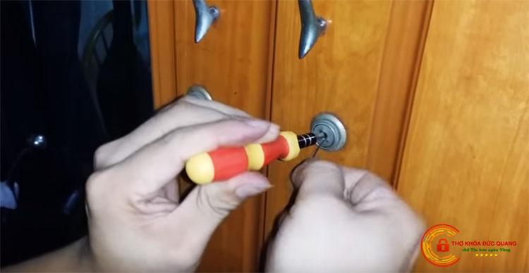 Cách mở khóa tủ gỗ bước 3