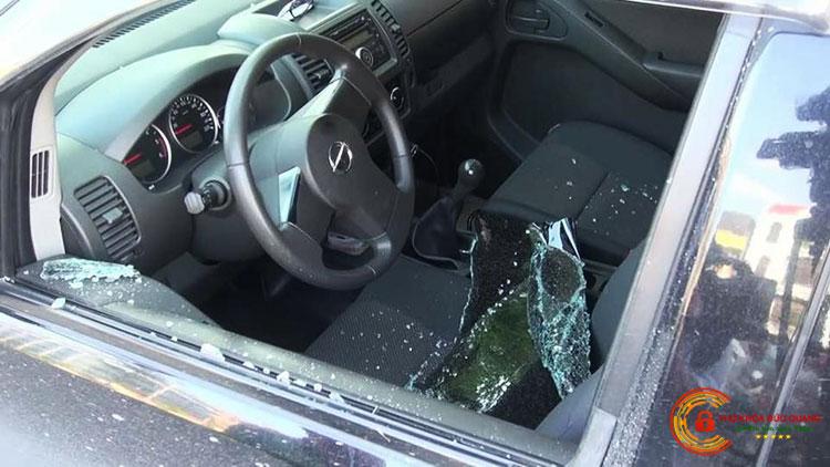 Phải phá cửa kính xe ô tô vì đê quên chìa khóa trong xe