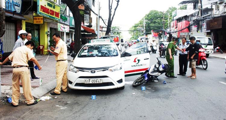 Tai nạn xảy ra khi mở cửa xe mà không chú ý quan sát