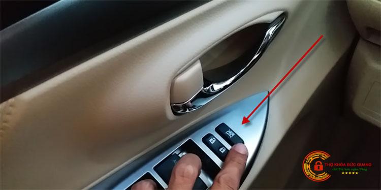 Vị trí nút khóa đóng, mở cửa trên xe ô tô