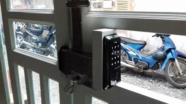 Lắp khóa điện tử cho cổng ra vào