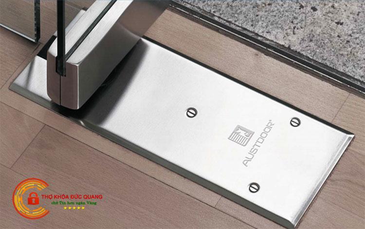 Lắp đặt bản lề sàn cho cửa kính cường lực