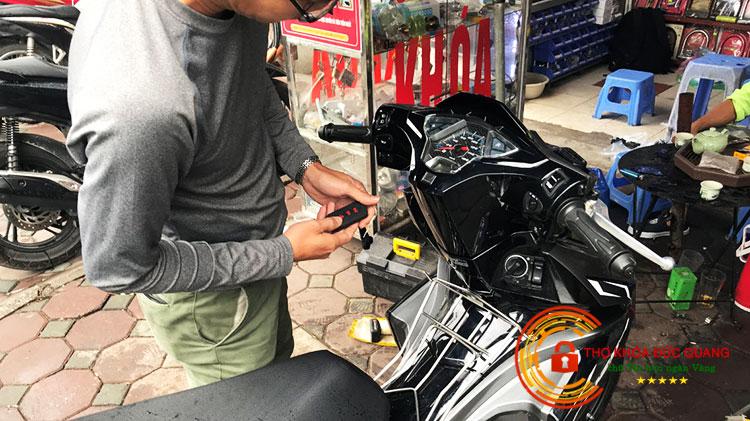Khách hàng đang kiểm tra lại chìa khóa Smartkey