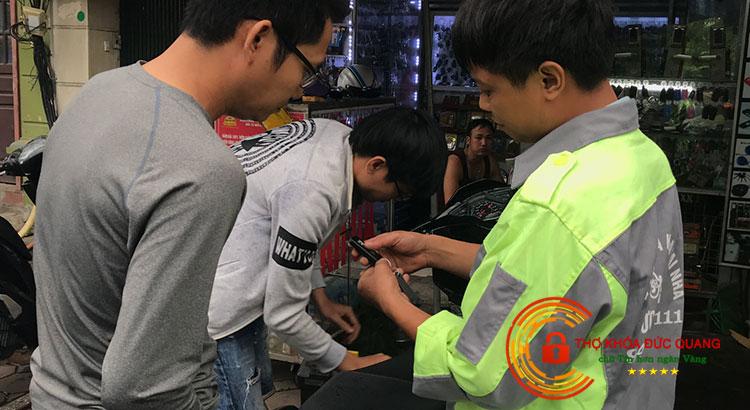 Thợ khóa Đức Quang đang hướng dẫn khách hàng sử dụng chìa khóa Smartkey