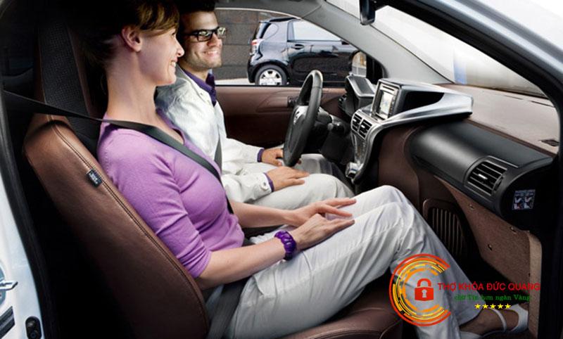 Mơ thấy đang ngồi trong xe oto cùng người lạ